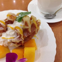 Photo taken at カフェ マウカメドウズ アトレ大井町店 by Michiko Y. on 7/8/2015