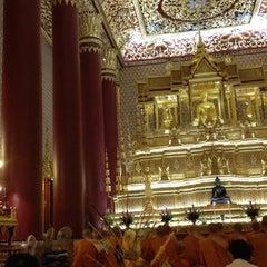 Photo taken at วัดเทพศิรินทราวาส ราชวรวิหาร (Wat Debsirin) by Michelle C. on 8/2/2012