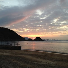 Photo taken at South Bay Beach 南灣泳灘 by Jeffrey S. on 2/12/2012