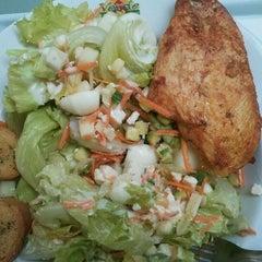 Photo taken at Verde Saladas e Sucos by Willian R. on 5/3/2012