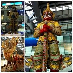 Photo taken at Suvarnabhumi Airport (BKK) ท่าอากาศยานสุวรรณภูมิ by Kununya W. on 7/17/2013