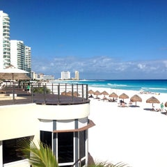 Foto tomada en Sunset Royal Beach Resort por Roberto C. el 2/18/2013