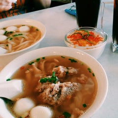 Photo taken at 7 Village Noodle House (七廊粿條湯) by Jodie H. on 10/12/2014
