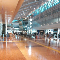 Photo taken at 羽田空港 第2旅客ターミナル (HND/RJTT Terminal 2) by Aika on 6/24/2013
