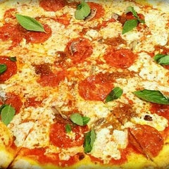 Photo taken at Best Pizza by Malee P. on 1/28/2015
