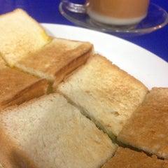 Photo taken at ป้าแอ๊ะ นมสด ขนมปังสังขยา (ข้างสมาคมฮากกา) by Seven P. on 8/22/2014