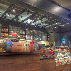 Photo taken at Starbucks (สตาร์บัคส์) by Khemarath C. on 11/29/2015