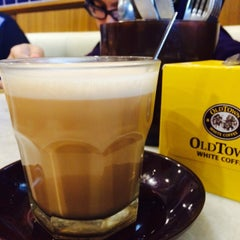 Photo taken at OldTown White Coffee by Noralwani S. on 9/27/2015