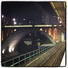Photo taken at 御茶ノ水駅 (Ochanomizu Sta.) by Koji U. on 11/23/2012