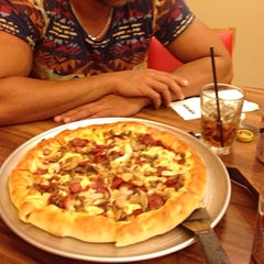 Photo taken at Pizza Hut by Hooman on 2/4/2015