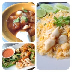 Photo taken at ข้าวผัดปูเมืองทอง ๑ (Mueang Thong Crab-meat Fried Rice 1) by Amornrat M. on 1/18/2013