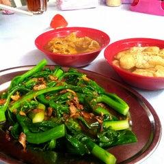 Photo taken at 食味香瓦煲肉骨荼 Bak Kut Teh by Jess L. on 11/4/2012
