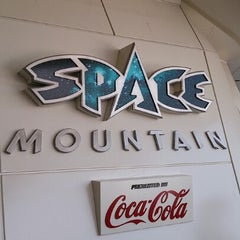 Photo taken at スペース・マウンテン (Space Mountain) by BLANC on 2/4/2013