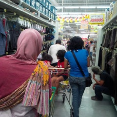 Photo taken at Giant Hypermarket by Anita C. on 11/30/2014
