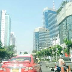 Photo taken at แยกพระโขนง (Phra Khanong Junction) by Nong J. on 11/22/2014