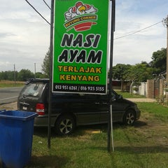 Photo taken at Kedai Makan Nasi Ayam Buyong by Kasbah M. on 11/12/2014