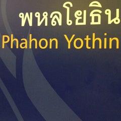 Photo taken at MRT พหลโยธิน (Phahon Yothin) PHA by Somzaa M. on 5/7/2012
