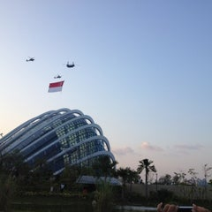 Photo taken at Marina Barrage by Wiwie M. on 8/9/2012
