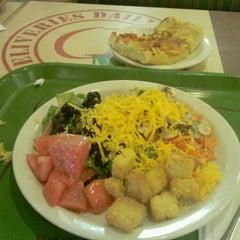 Photo taken at Sweet Tomatoes by Rafael Maciel V. on 8/15/2012