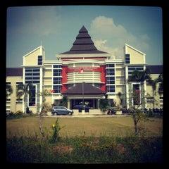 Photo taken at Fakultas kedokteran dan ilmu kesehatan untan by Sigit P. on 7/31/2012
