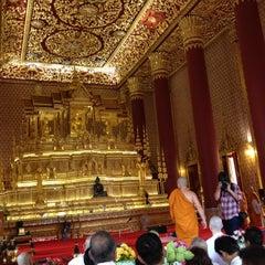 Photo taken at วัดเทพศิรินทราวาส ราชวรวิหาร (Wat Debsirin) by Michelle C. on 8/1/2012
