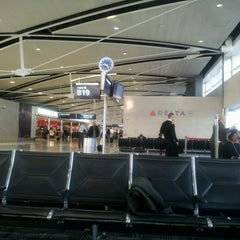 Photo taken at Gate B19 by 이 해. on 2/1/2012