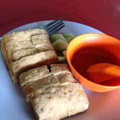 Photo taken at Kuih Udang + Nasi Ayam Tepi Padang,semenyih by Shidah on 6/24/2012