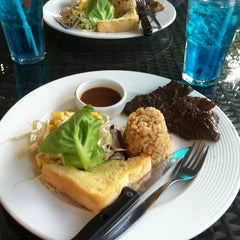 Photo taken at หลานตาชู สเต็กเฮ้าส์ (Larn Ta Chu Steak House) by PaNetsy💋 on 3/16/2012