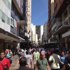 Photo taken at Calçadão da Rua Halfeld by Fábio B. on 9/6/2012