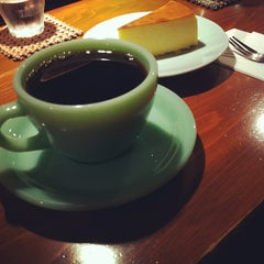 Photo taken at 自家焙煎 cafe use 珈琲豆店 by hrktdkngy on 3/18/2012