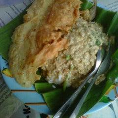 Photo taken at Pecel Madiun Pak Ambon by darius adi s. on 12/16/2011