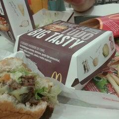 Photo taken at McDonald's by Hiago M. on 3/23/2012