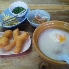 Photo taken at โจ๊กบางกอก by Lalida S. on 5/3/2012