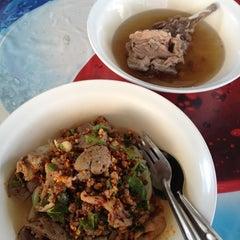 Photo taken at โกเก่ง อาหารตามสั่ง by Amary R. on 4/5/2012