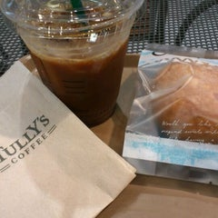 Photo taken at TULLY'S COFFEE 田町グランパーク店 by Katsuhiro S. on 5/9/2012