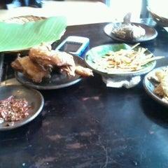 Photo taken at Waroeng SS (Spesial Sambal) by Ama A. on 8/29/2012