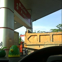 Photo taken at SPBU Petronas by Rahimah H. on 3/21/2012