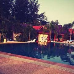 Photo taken at DR Lanta Bay Resort Koh Lanta by Worawit B. on 3/31/2012