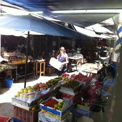 Photo taken at ตลาดตรอกหม้อ (Trok Mo Market) by Tusanee K. on 5/12/2011