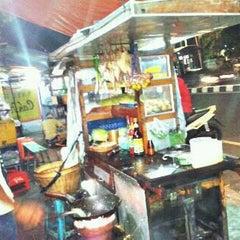 Photo taken at Bakmi dan Nasi Goreng Batas Kota by Irawan P. on 1/26/2012