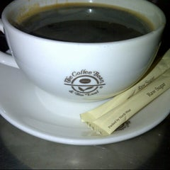 Photo taken at The Coffee Bean & Tea Leaf by Pepe L. on 8/4/2012