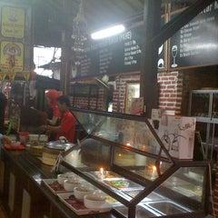 Photo taken at Bakso Kuto Wong Malang Cak To by Wuryanano™ on 2/4/2012