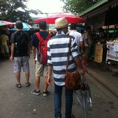Photo taken at ตลาดน้ำตลิ่งชัน (Taling Chan Floating Market) by natthaphon n. on 8/5/2012