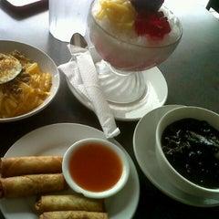 Photo taken at Ninang's Pancit Malabon by Lean A. on 8/23/2012