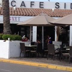 Photo taken at Cafe Sydney Ibiza by Xavier C. on 8/6/2012
