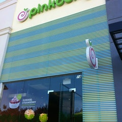 Photo taken at Pinkberry by Helen P. on 7/16/2012