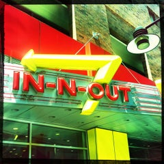 Photo taken at In-N-Out Burger by Simon D. on 4/15/2012