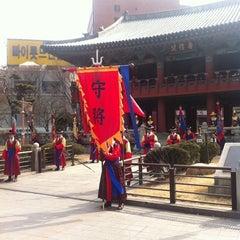 Photo taken at 보신각 (普信閣, Bosingak) by Ungju L. on 3/3/2012