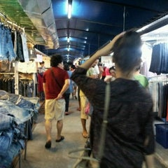 Photo taken at ตลาดนัดเจ้าฟ้าวาไรตี้ (Chaofa Variety Weekend Markets) by Yungyeong C. on 5/19/2012