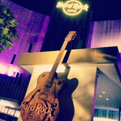 Photo taken at Hard Rock Cafe Penang by Hizami R. on 4/27/2012